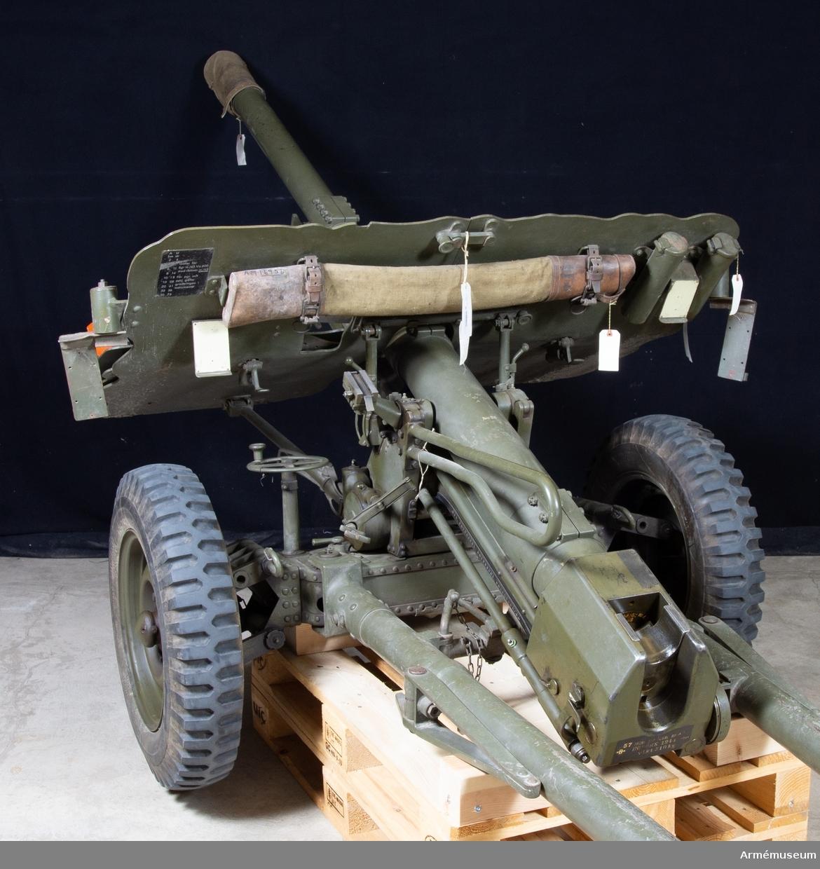 """Pansarvärnskanon m/1943, system Bofors, med tillbehör. Kaliber: 57 mm. Tillv.nr: 28. Reg.nr: 2888. Vikt: 975 kg. Eldrörets vikt är 310 kg och märkt """"NS"""", tre kronor, """"57 mm pvkan m/43 B Bofors 1944 B vikt 310 kg"""". Stålhjul med halvmassivgummihjul, d:700 mm. V-lavett. Kikarsikte m/1943. Största skottvidd: 8500 m. Rekylkraft: 2100 kg. Tillbehör; se tillbehörskort Mtrlnr M4805-751021 (F d Ti 904 V) 1 pjäslåda, 1 kapell f pjäs, 1 borstviskare, 1 viskarstång, 1 viskarstångfodral, 2 draglinor, 1 kammarfodral, 1 kapell (påse) för siktfot till kikarsikte, 1 mynningsskydd, 1 kikarlåda med kikarsikte M/1943, 1 pjäsväska, 1 sköldvärn, 2 värnskruv med hylsa."""
