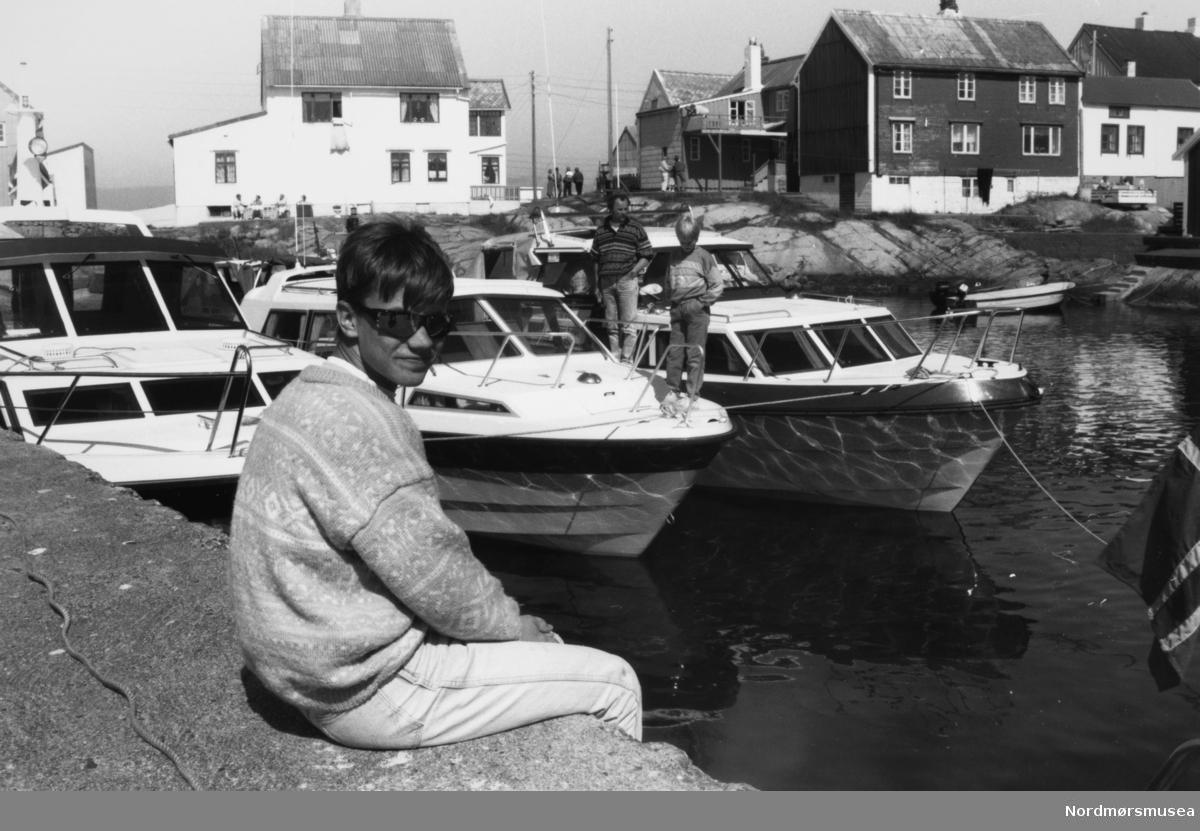 Havna på Grip. Besøk. Båtmesse? Bildet er fra avisa Tidens Krav sitt arkiv i tidsrommet 1970-1994. Nå i Nordmøre museums fotosamling.