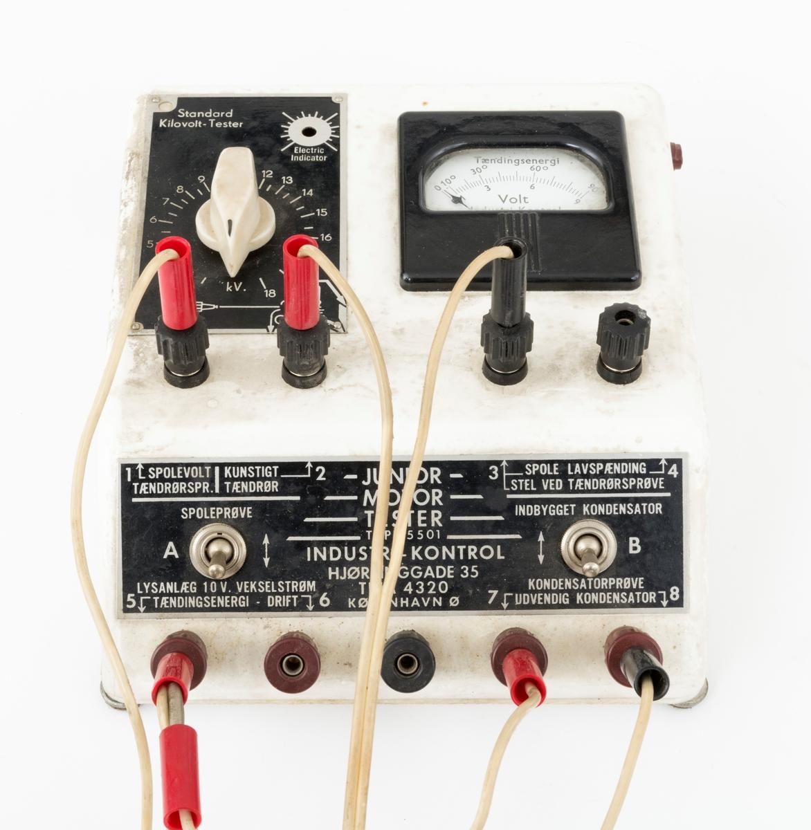 Apparat for testing av tenningssystemet på motorsager. Tenningstesteren er brukt på skogskolen på Sønsterud i forbindelse med raparasjon og vedlikehold av skolens motorsager. Det er sannsynlig at tenningstesteren er brukt i undervisningen av skolens elever for at de skulle få et innblikk  motorsagmotorens ulike funksjoner og komponenter. (Det foreligger ikke informasjon om hvordan apparatet ble brukt.) Apparatet har en rektangulær form med et skrånende instrumentpanel i front. På baksiden er det montert et bærehåndtak. Det sitter 6 ledninger innplugget i tenningstesteren, 5 av ledningene har klyper.