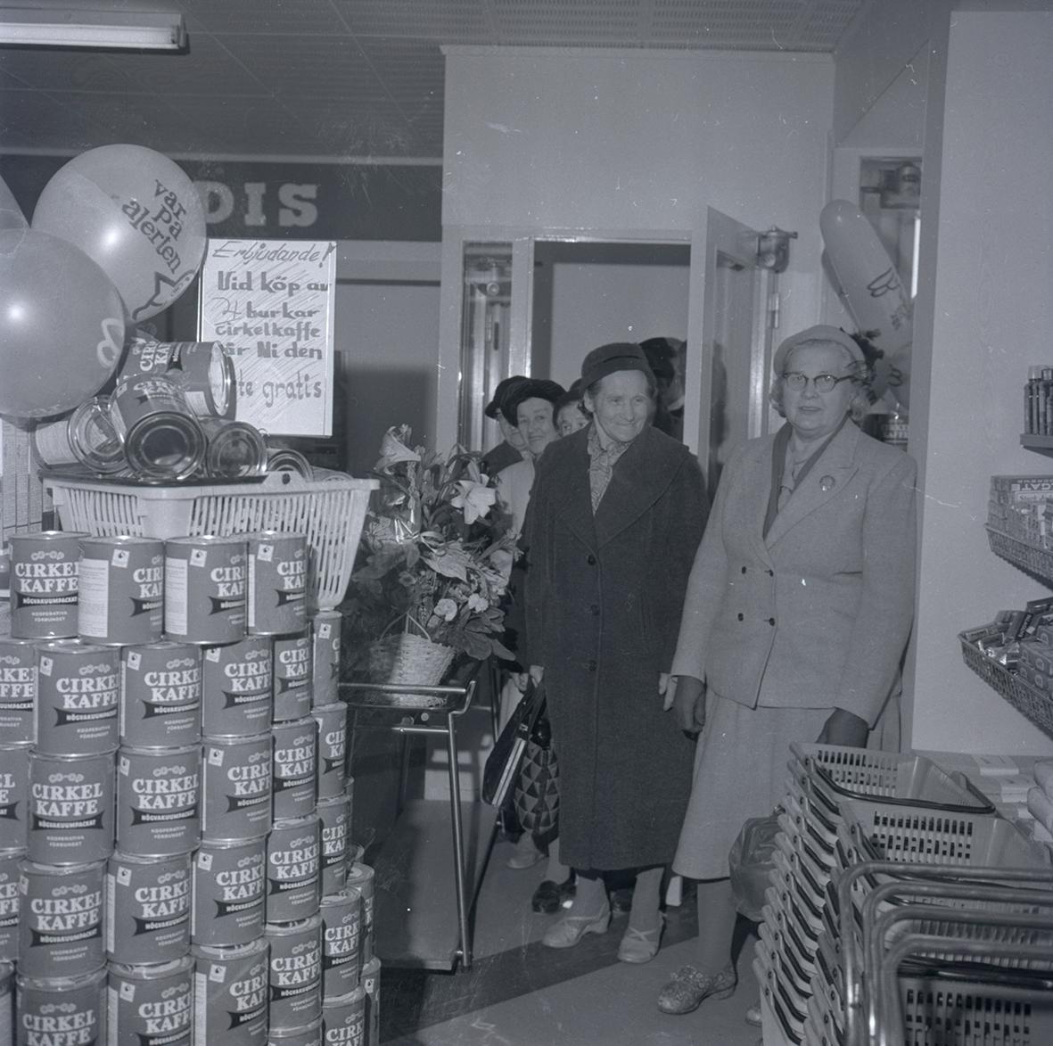 Bild tagen i samband med invigning av Konsum. Människor som står i kö för att komma in i butiken.