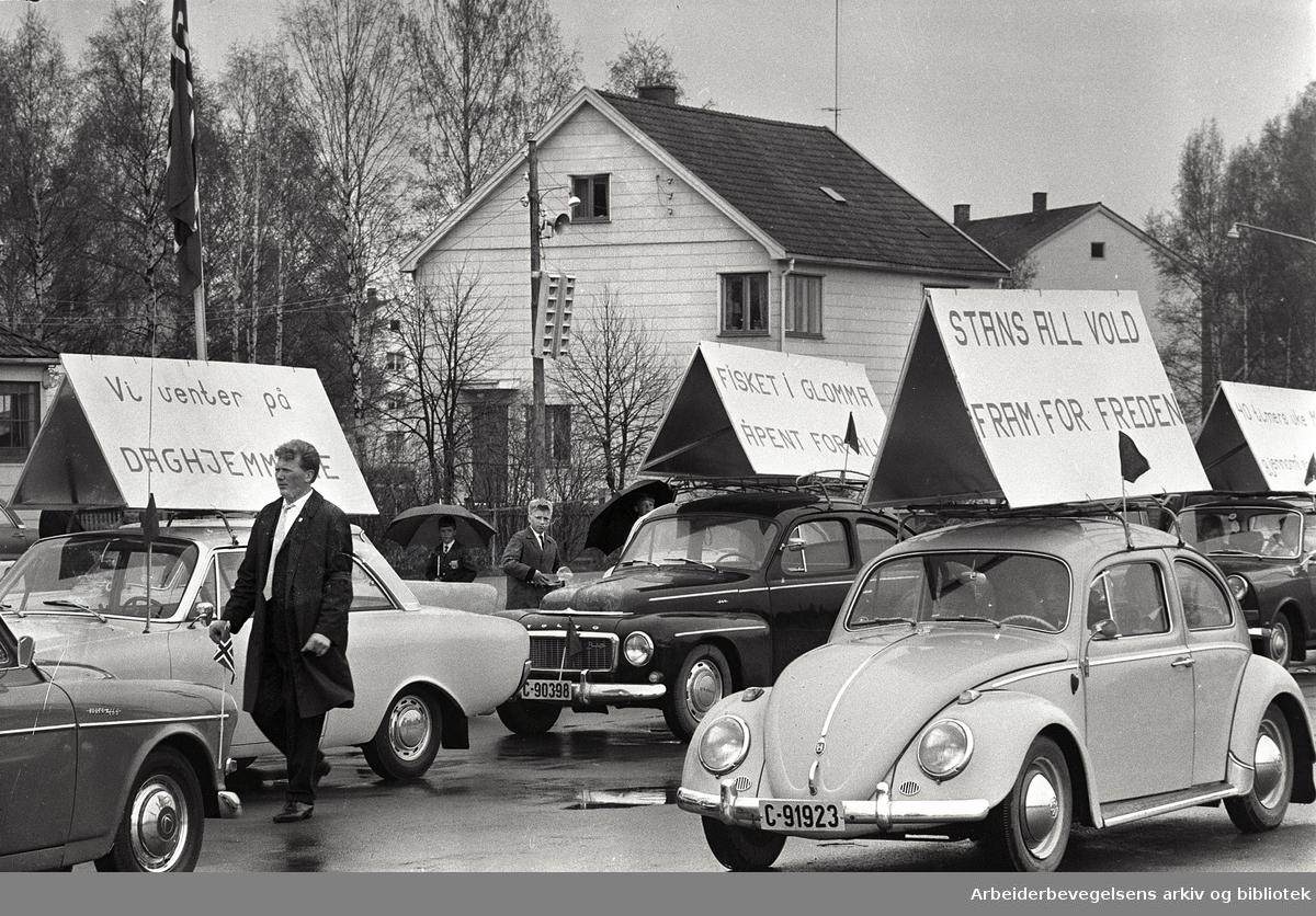 Motorisert 1. mai-tog i Lillestrøm. 1968. Parole: Stans all vold - fram for freden....