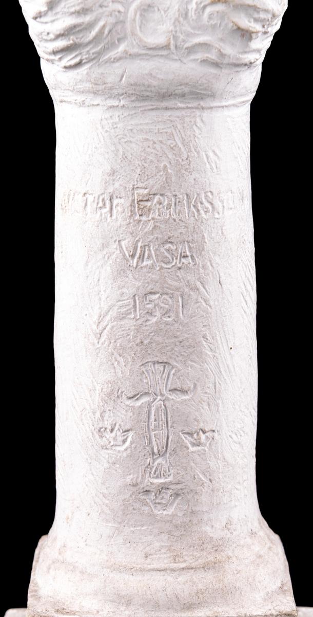 """Skiss i gips till skulpturen """"Gustav Eriksson Vasa"""". Skulpturen göts senare i brons och står sedan 1924 i Kvarnparken i Gävle. Bronsskulpturen står på en kolonn av granit och var en donation av konstnärens bror Emil Andreas Matton."""
