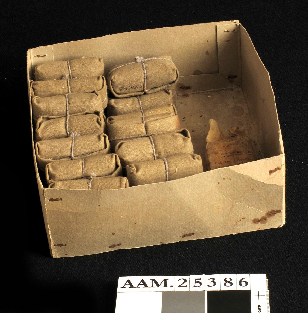 Pappeske m. 26 enkeltmannspakker. Sannsynligvis pakket illegalt på apotek i Arendal, ifølge Taraldsens bok. Har de siste 50 år stått urørt på gårdsverkstedet på Ottersland. Enkeltmannspakker oppbevares i brystlomme på jakka.