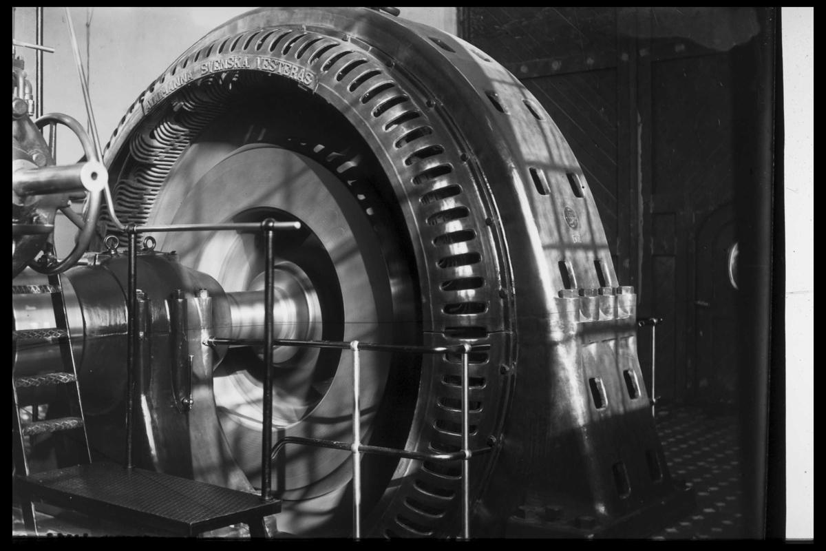 Arendal Fossekompani i begynnelsen av 1900-tallet CD merket 0010, Bilde: 18 Sted: Bøylefoss kraftstasjon i 1913 Beskrivelse: Generator nr. 1 Generatoren er en 50 Hz som leverte strøm til Evenstad og videre til byene Grimstad, Arendal, Tvedestrand og Risør, samt til smelteverket på Saltrød