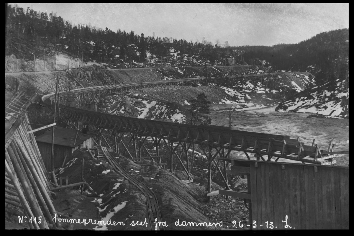 Arendal Fossekompani i begynnelsen av 1900-tallet CD merket 0565, Bilde: 81 Sted: Haugsjå Beskrivelse: Tømmerrenna sett fra dammen