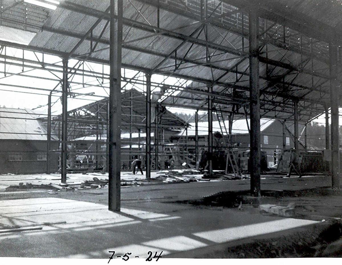 """""""07/05-1924"""" Nitriden. Stekeribygningen sett mot kaianlegget. Jernkonstruksjoner. Lagerbygning for ferdigprodukt til venstre og lagerbygning for bauxitt til høyre."""