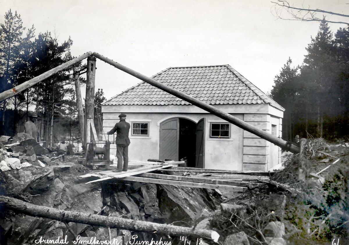 """""""10/04-1913"""" Eydehavn, Nitriden, Smelteverket. Pumpehus ved Stemtjern, vanntilførsel til bedriftene og boliger i Nesgaten. Heisanordning (stubbebryter). Ulleråsen til høyre utenfor bildekant."""