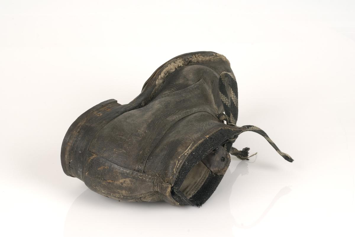 Sko, trolig damesko, med lisser. Utslitte, delvis ødelagte sko.