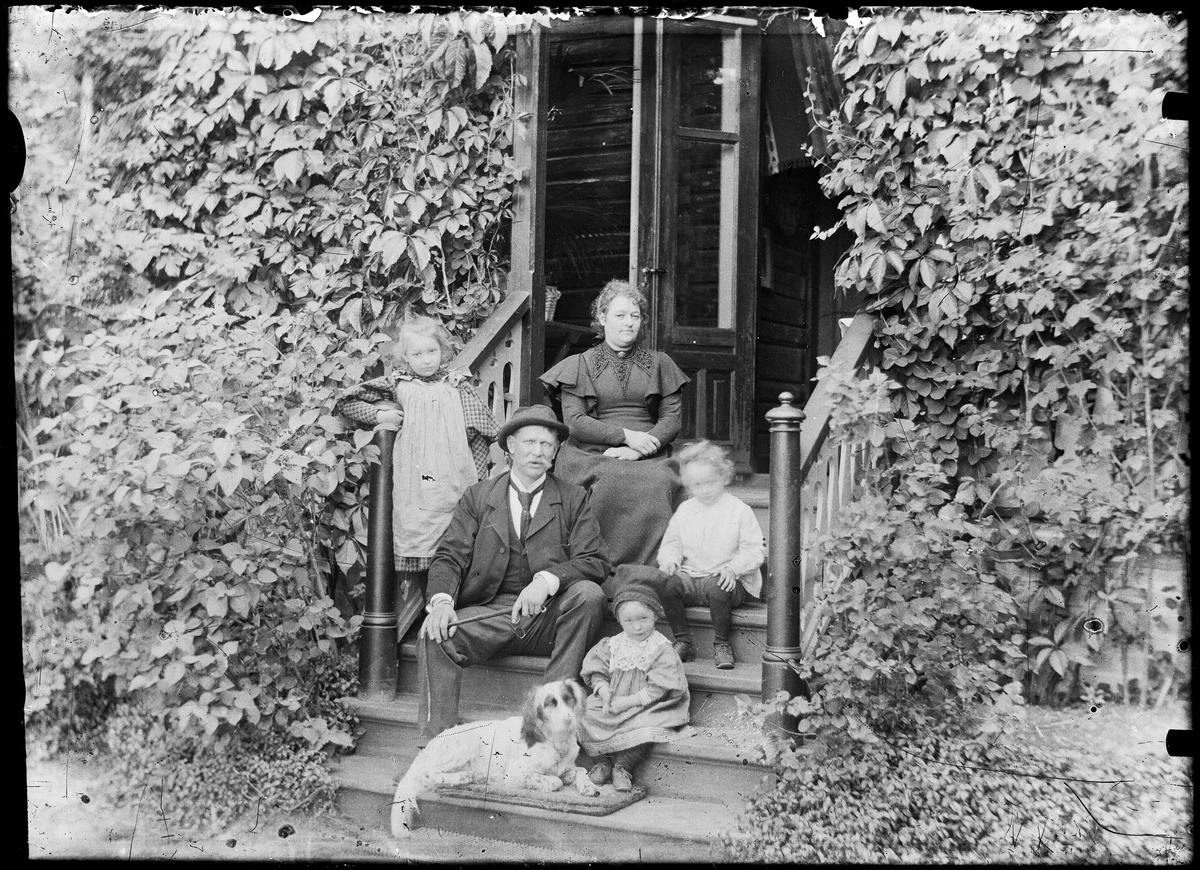 Familiebilde. Fotografert ute på trappen med hund.