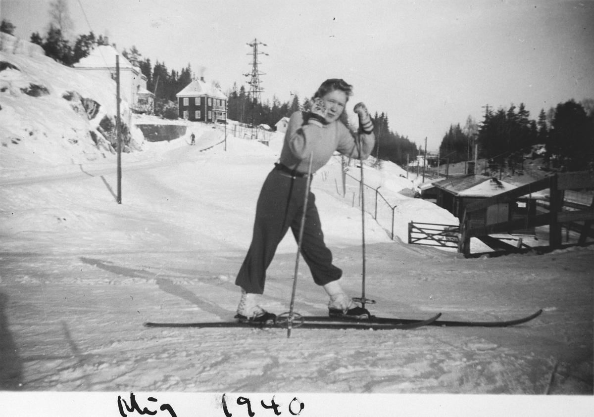 Aase Myrvold på ski ved nedgang til stasjonen.
