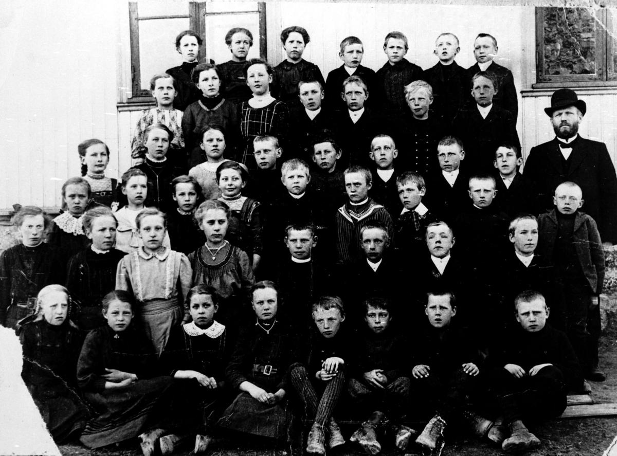 Skolebilde 1913. Antagelig siste kull fra Finstad skole. Lærer Nils Bernhard Skarseth.