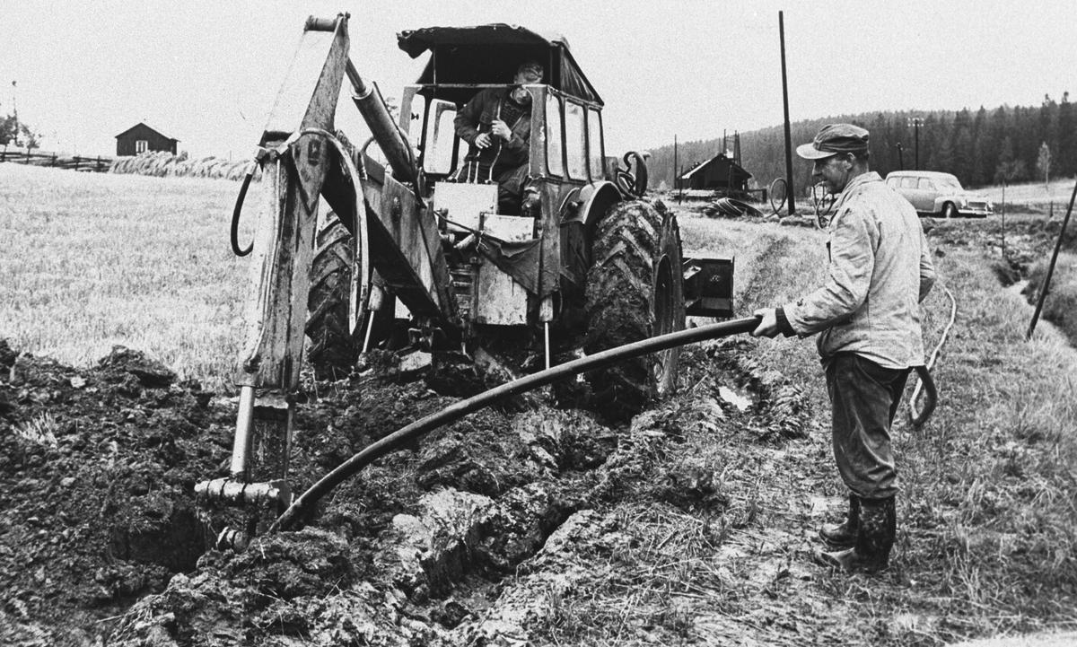 Legging av vannledning med traktor