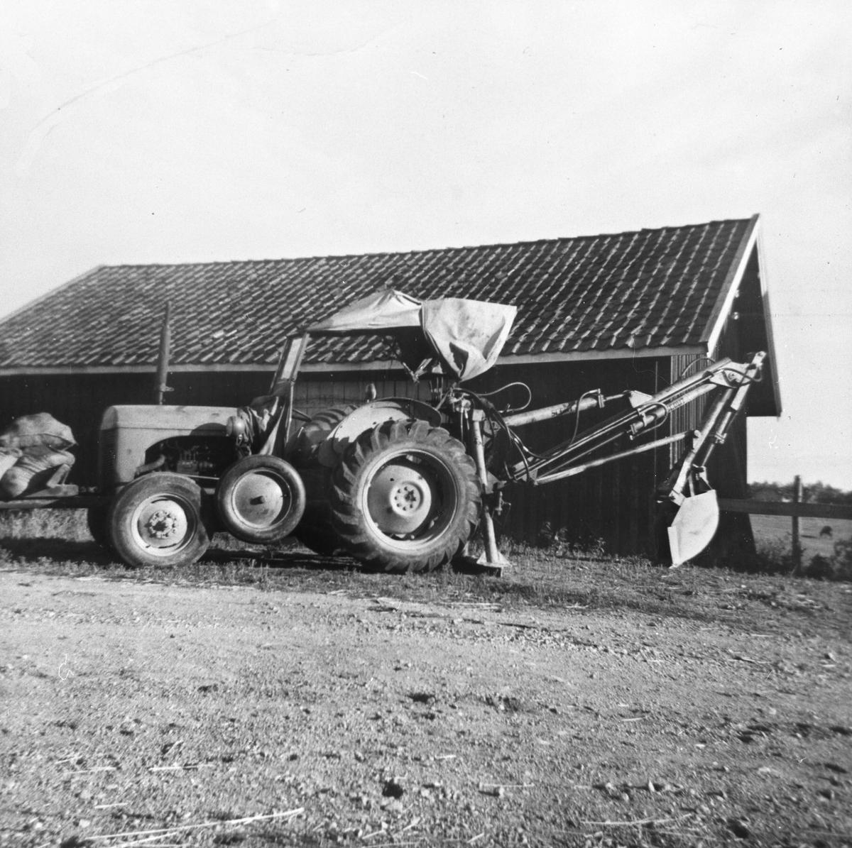 Traktorgraver på Klodsbodding, 1950- årene.Graveren var leid av et maskinlag.