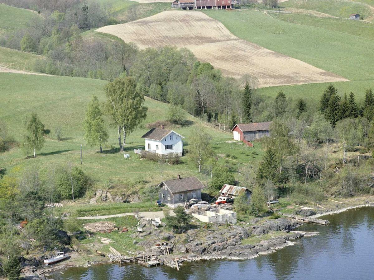 """ENEBAKK. Øyerenveien 83, """"Vika"""" i Flateby med Strandli nærmest vannet."""