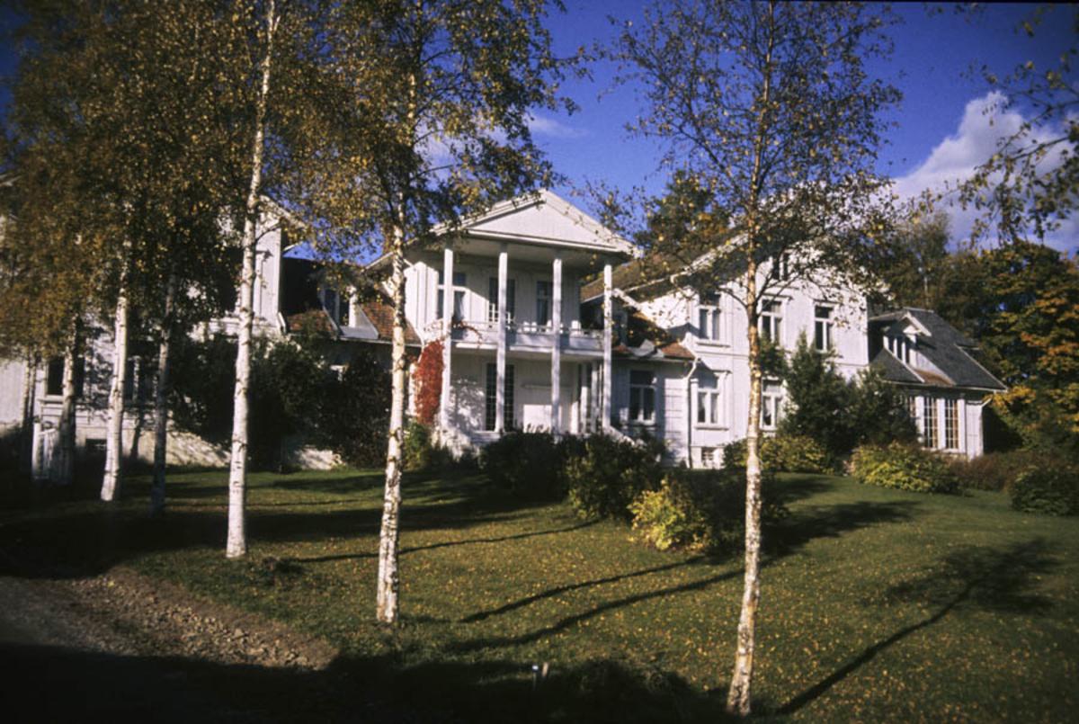 Hovedbygningen ved Losby Brukfra hagesiden