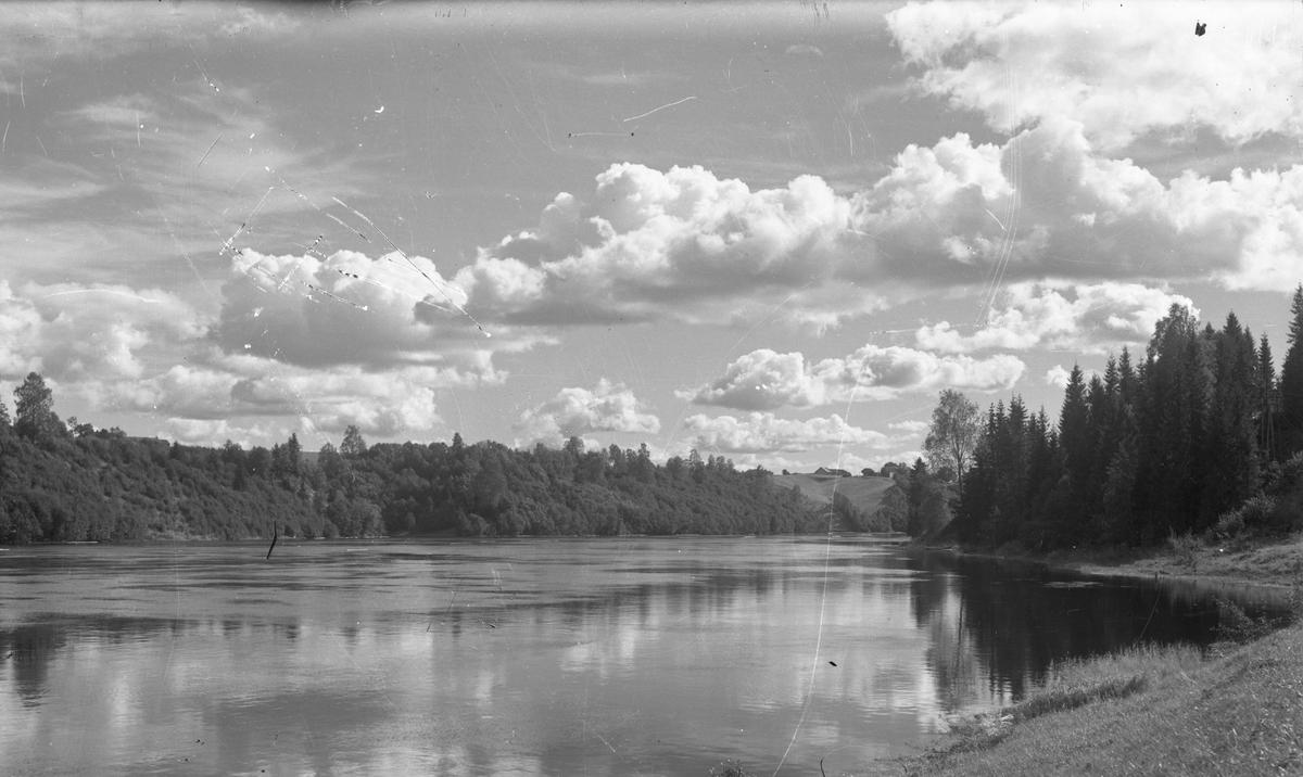 Landskap ved elv eller innsjø.