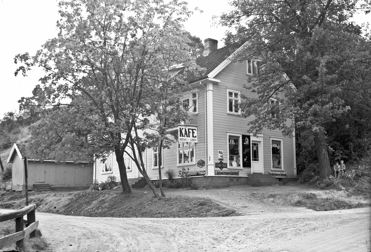 Løvli Kafe og landhandel. Ovenfor/bak Eidsvoll stasjon - på andre siden av det som i dag er veien til Sundet. Kafeen ble drevet av Martine Løvås. Ble revet da ny vei kom.