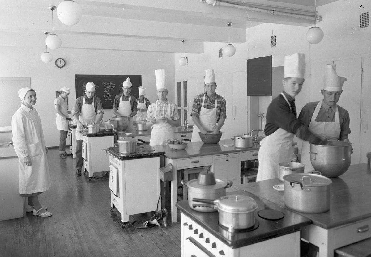 Romerike Folkehøyskole. Gutter på kjøkkenet. Pannekaker på menyen.