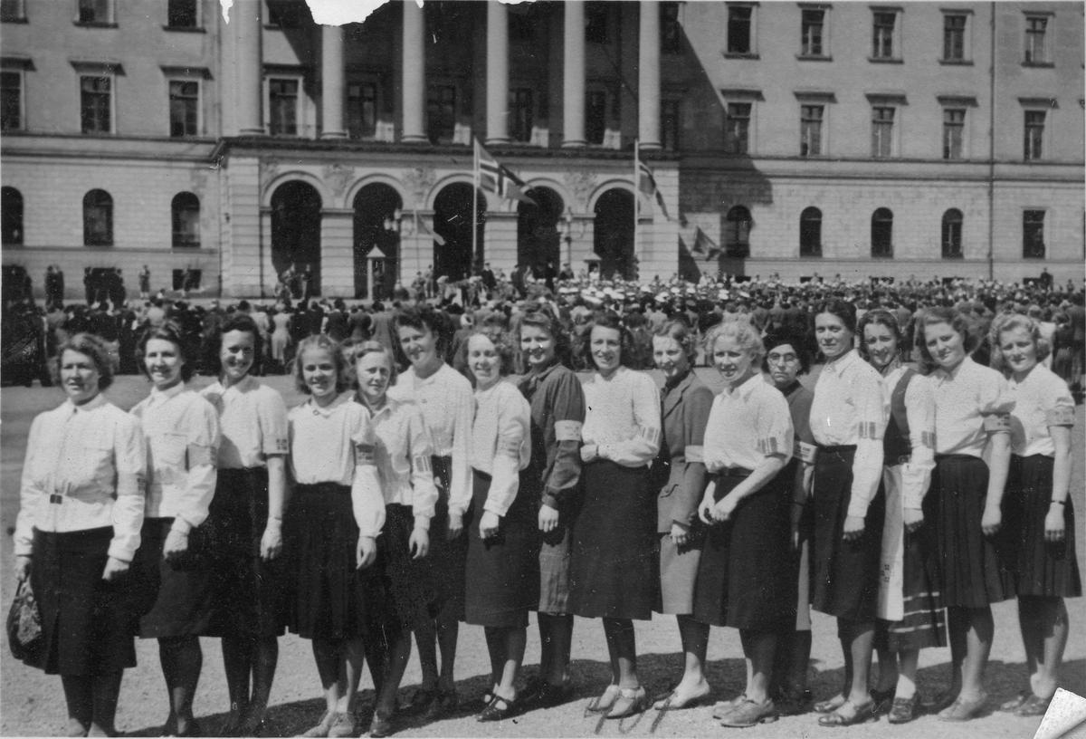 Gruppe kvinner foran slottet.