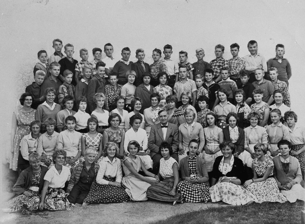 Prest og sogneprest Nils Taraldset i midten. Han var prest i Langset kirke fra 1939. Ble sogneprest i 1950-64. Han var også lærer på Landsgymnaset i Kristendom. Bildet kan være konfirmanter eller elever. Bildet fra 50-tallet
