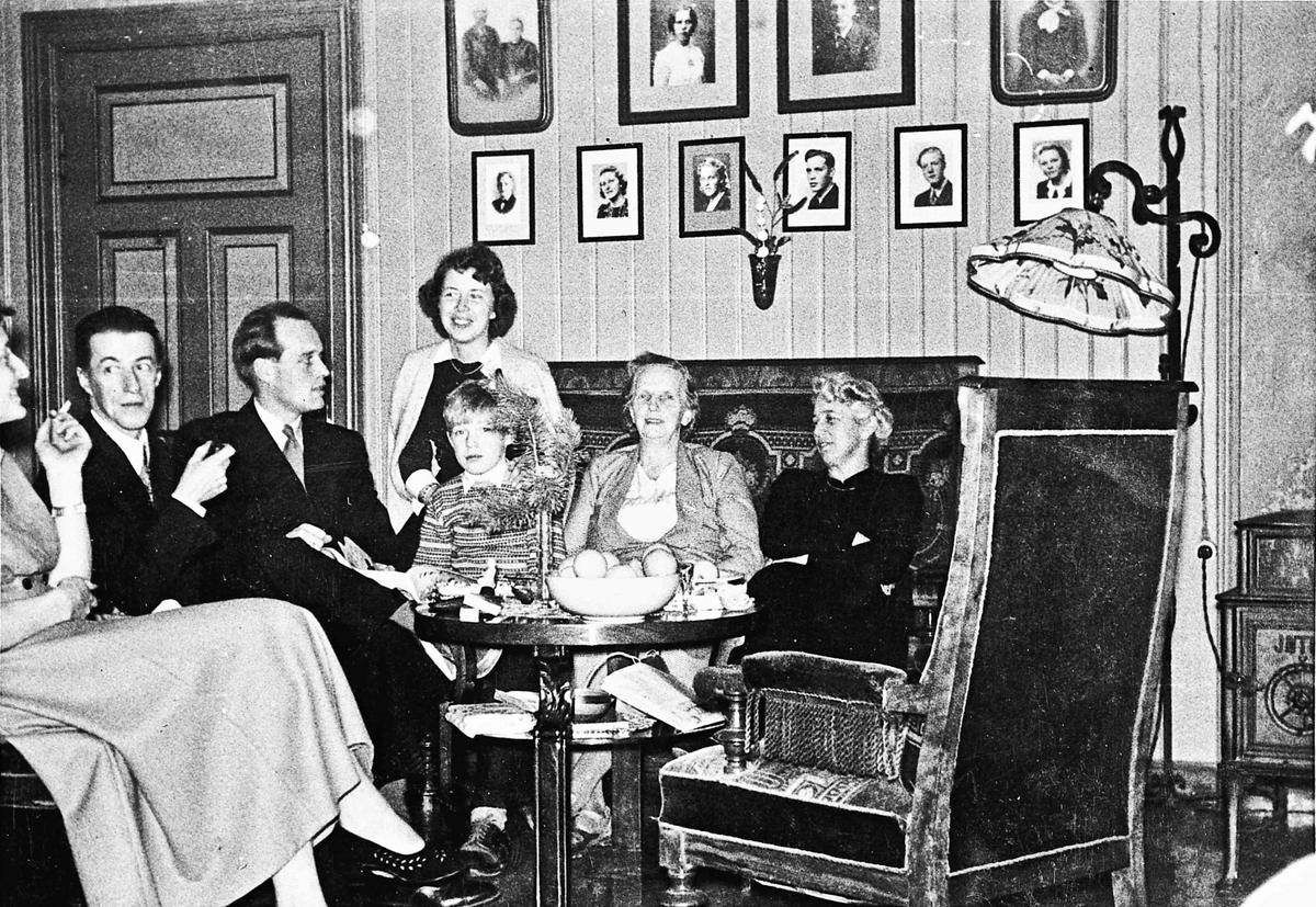 Flesvig i Feiring, 1952-53. Fra stua på Flesvig. Eivind Flesvigs mor Borghild nr. 2 fra høyre.