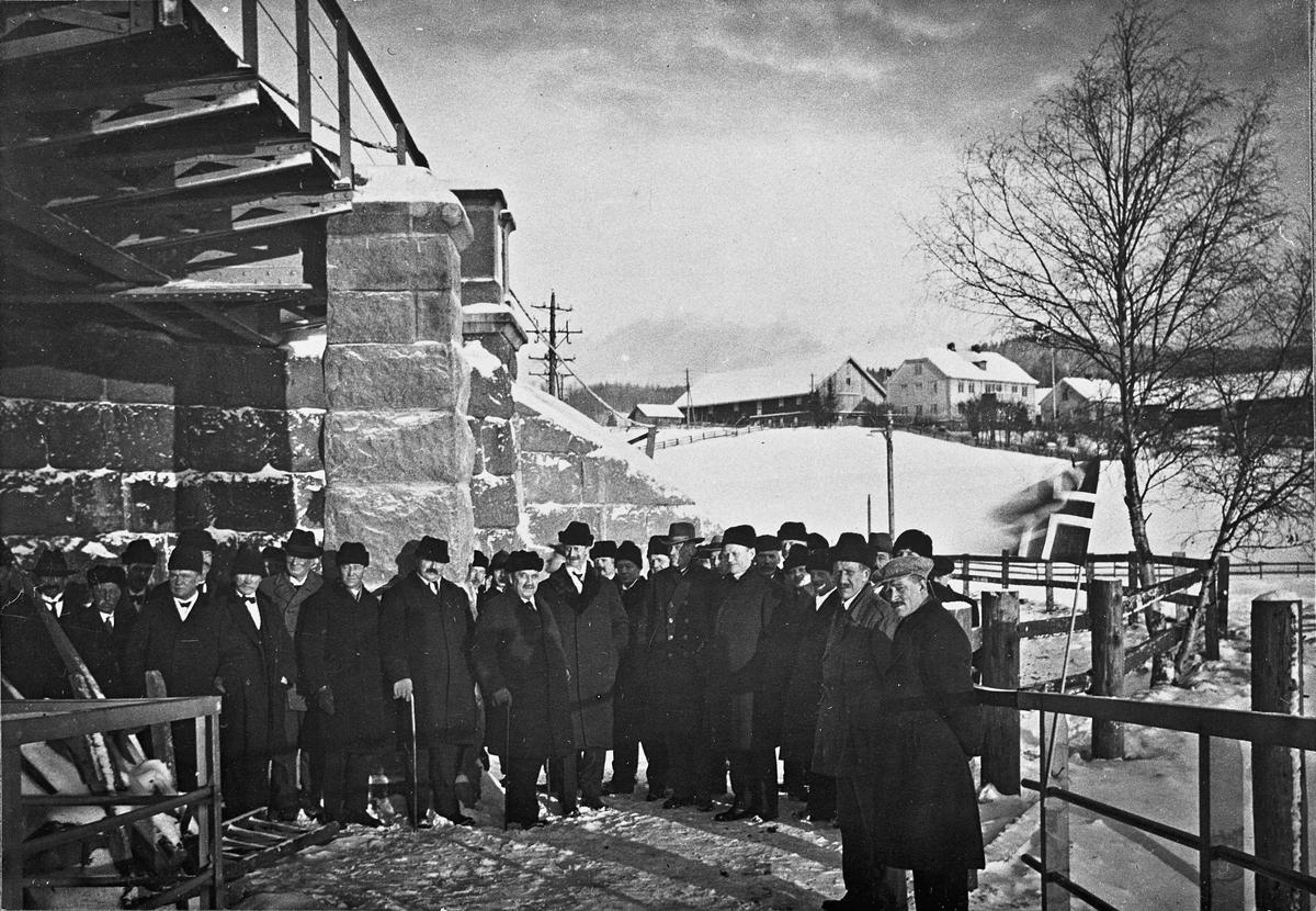 Politikere som inspiserer ny bro? Jernbanebrua på Minnesund? 22.07.2013: Bildet er tatt på Minnebrua der den uthengte kjørebanen kom inn på østre side. Kjørebanene ble tatt i bruk i 1925 og ble revet i 1965. Dorr gård i bakgrunnen. Skrevet av: Trond Gundersen