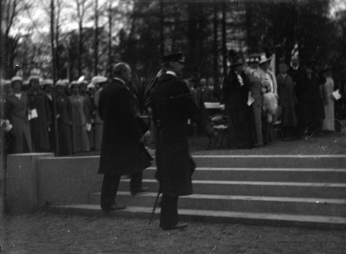 Kong Håkon. Opp trappa til Carsten Anker-monumentet