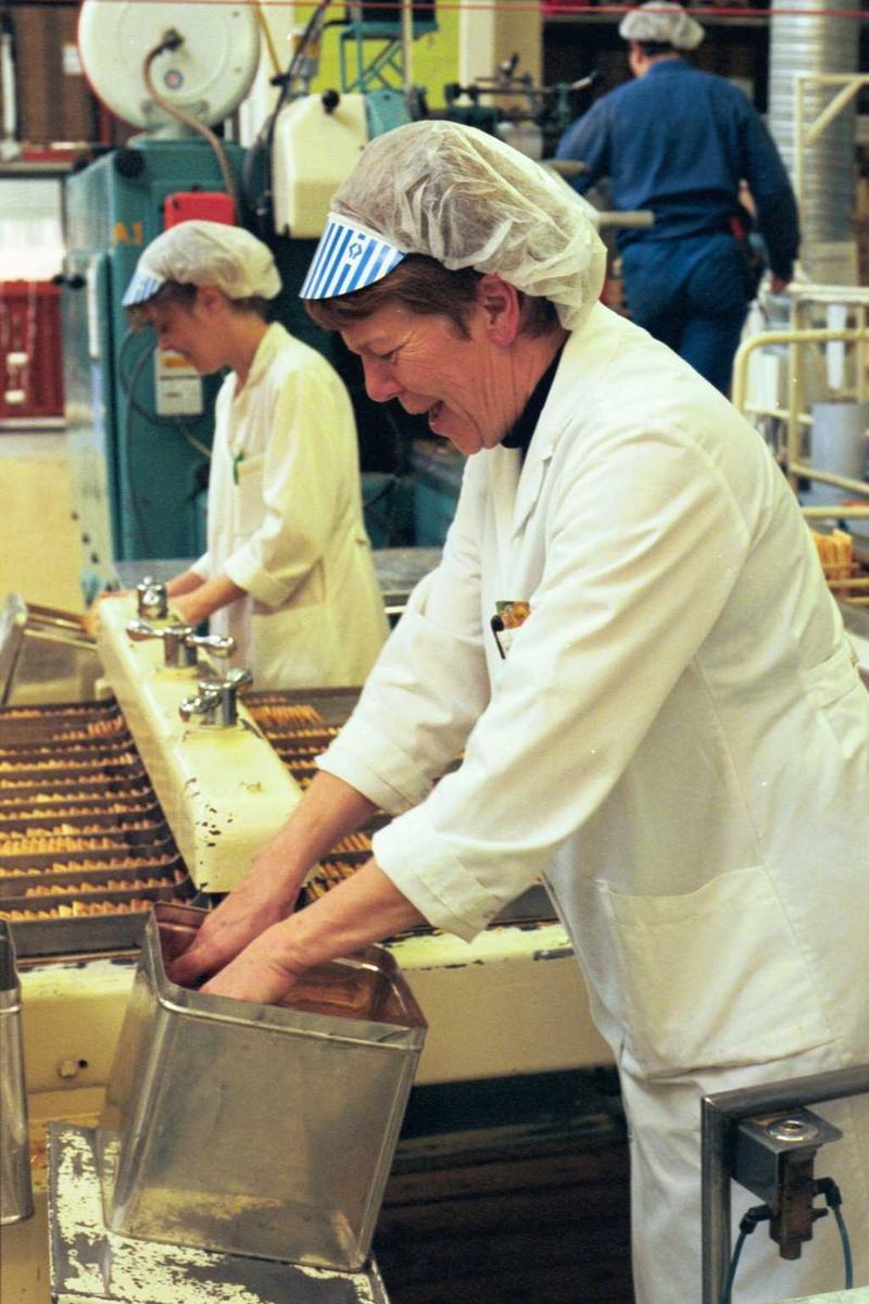 Cream Cracker, kjeks, maskiner, arbeider, kvinne, arbeidstøy, arbeidsmiljø, fabrikkmiljø, pakking