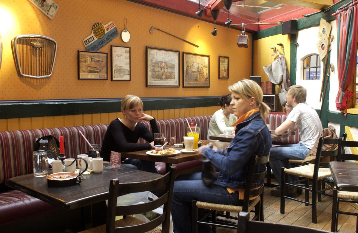 Kafegjester på røykerommet Peppes Pizza 1. etg. Ski Storsenter.