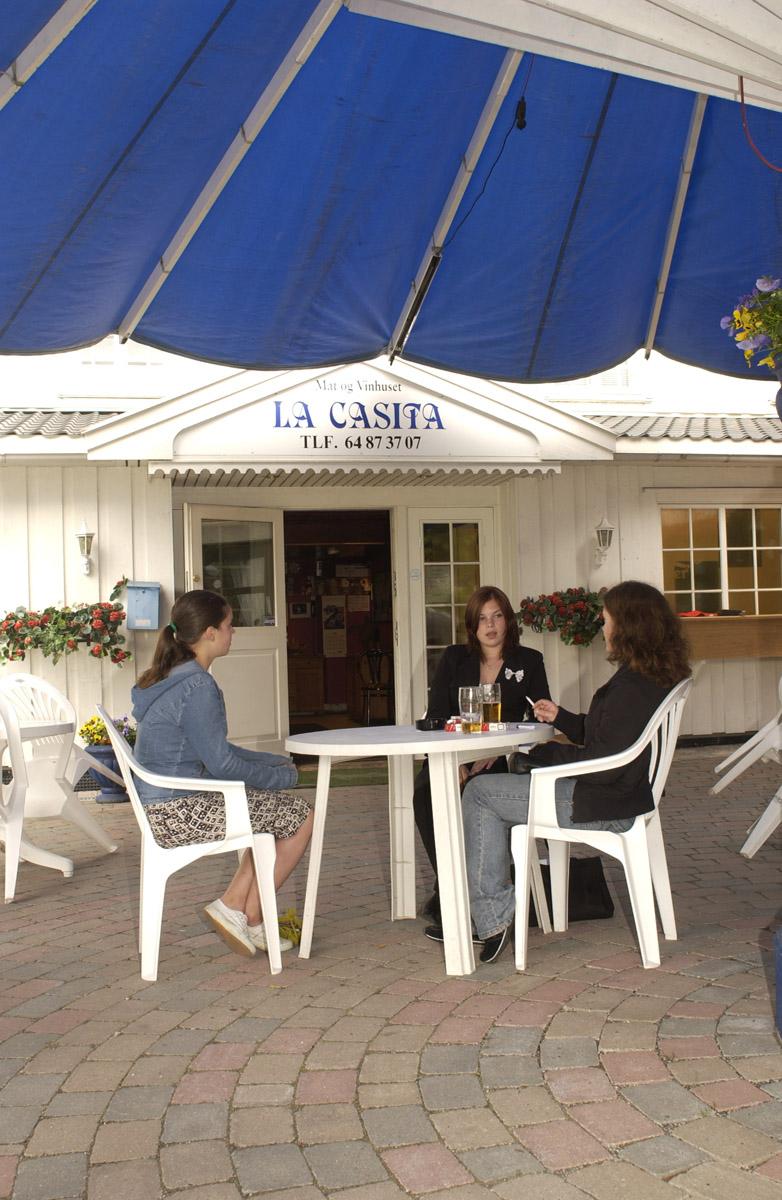 Etter innføring av røykeloven 2004. La Casita, Røykebord utenfor kafeen. Tre jenter som røyker