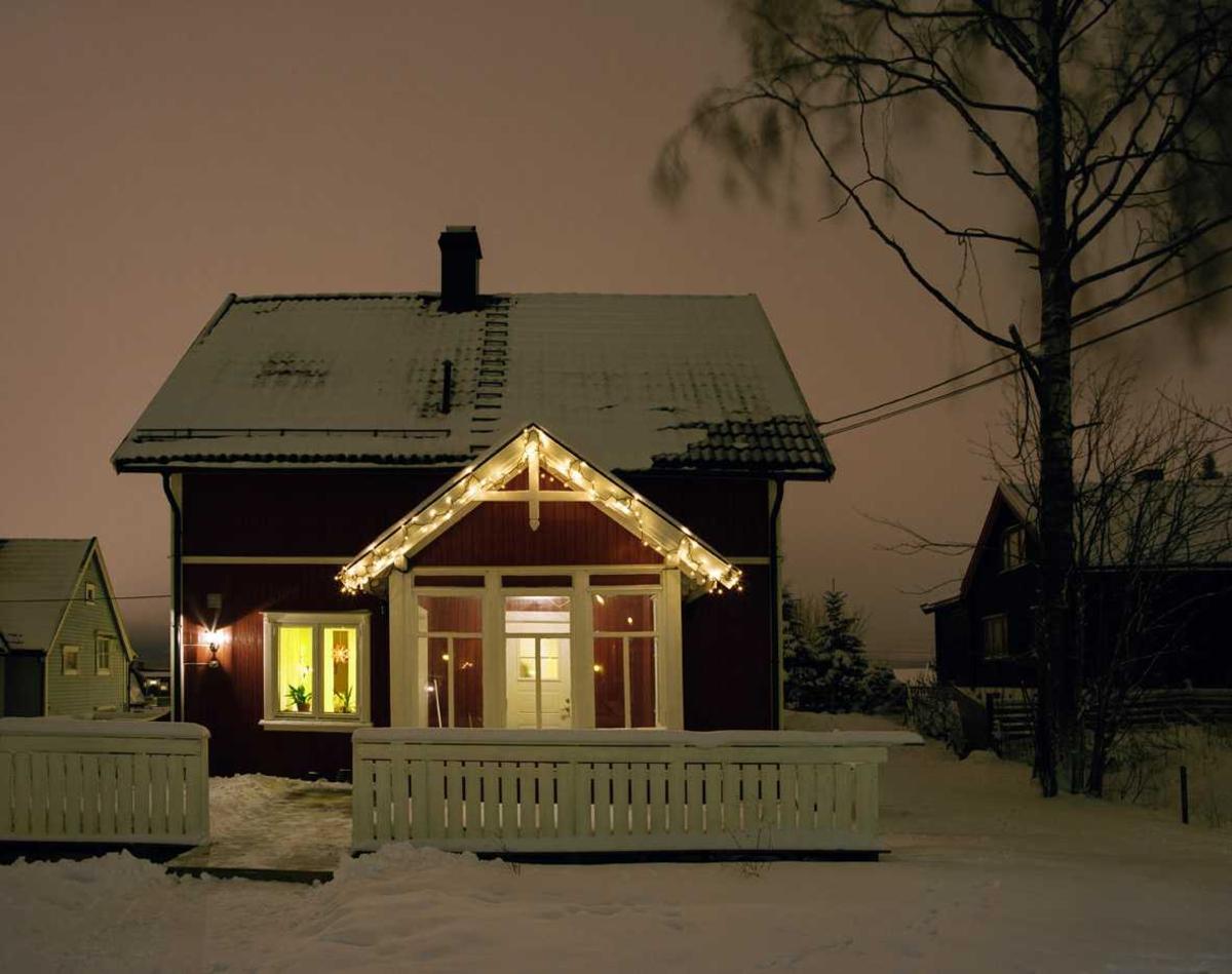 Julebelysning  Hvit julebelysning på enebolig