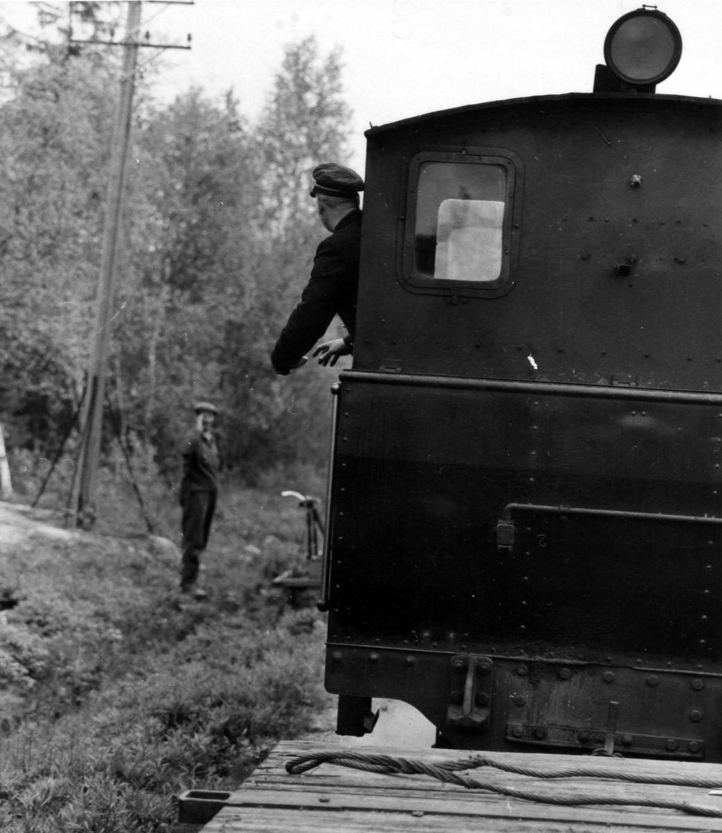 Tog 2051 til Skulerud passerer en banearbeider med dressin.