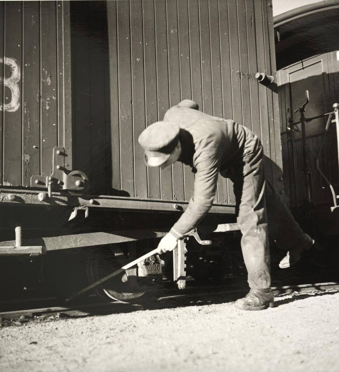 Verkstedarbeider Harald Tyskerud sjekker hjul og bremseklosser.