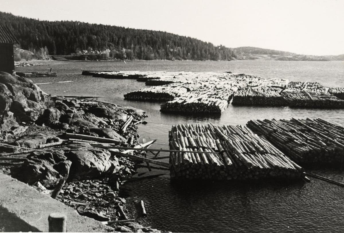 Tømmerbunter klare for fløting ned Haldenkanalen.