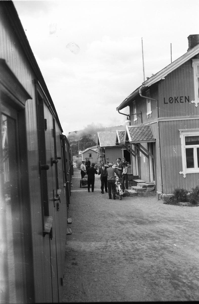 Tog 2051 retning Skulerud ankommer Løken stasjon.