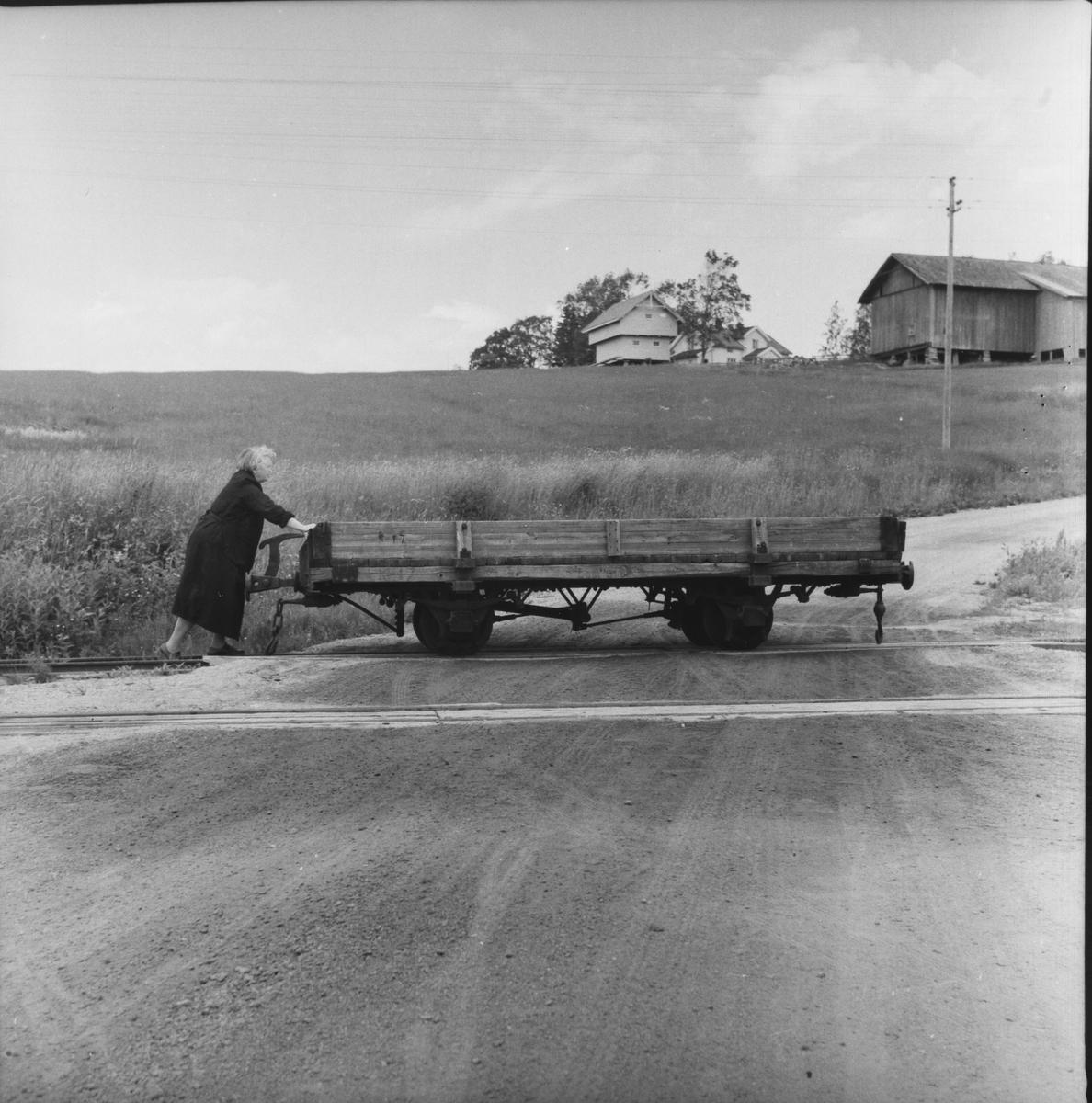 Ekspeditør Gina Sannerud skyver vognen på sidesporet på Hornåseng.