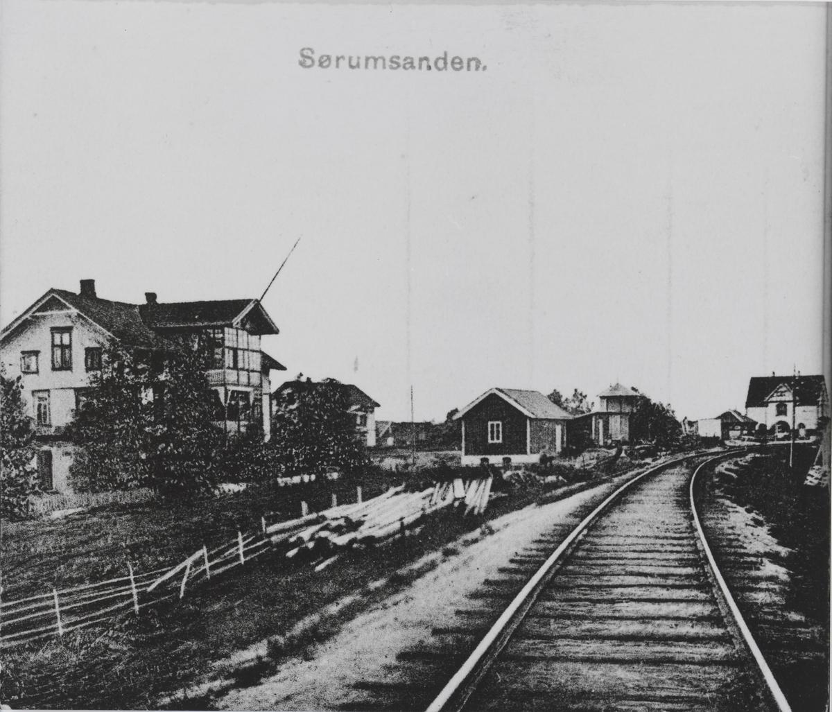 T.v. Svendsens hus (Svedsengården), t.h. i bakgrunnen Egebergs hus.