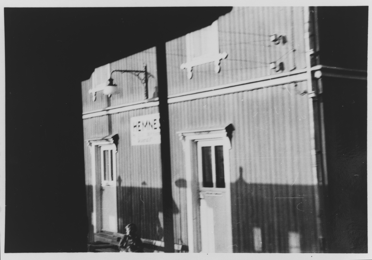 Eksteriør Hemnes stasjon, tatt fra endeplattformen på en personvogn.