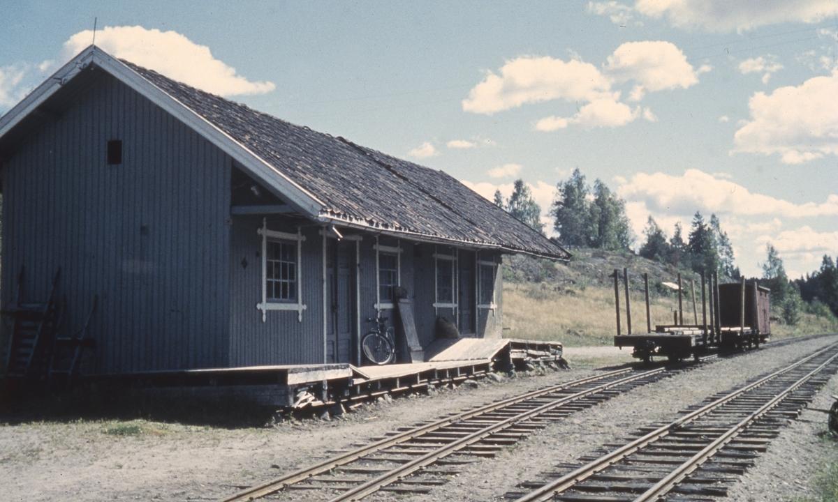 Hensatte godsvogner ved godshuset på Hemnes stasjon