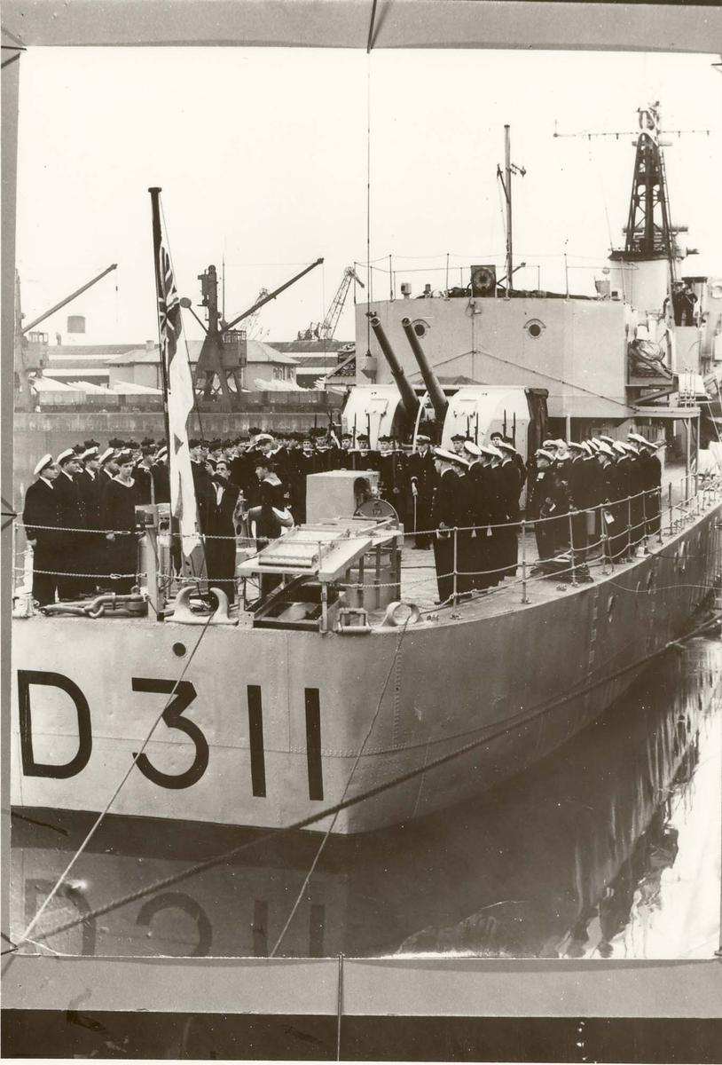 Motiv: Fra overtakelsen av fregatten KNM TROMSØ (D 311) den 2. sept. 1954 = Flaggskiftet