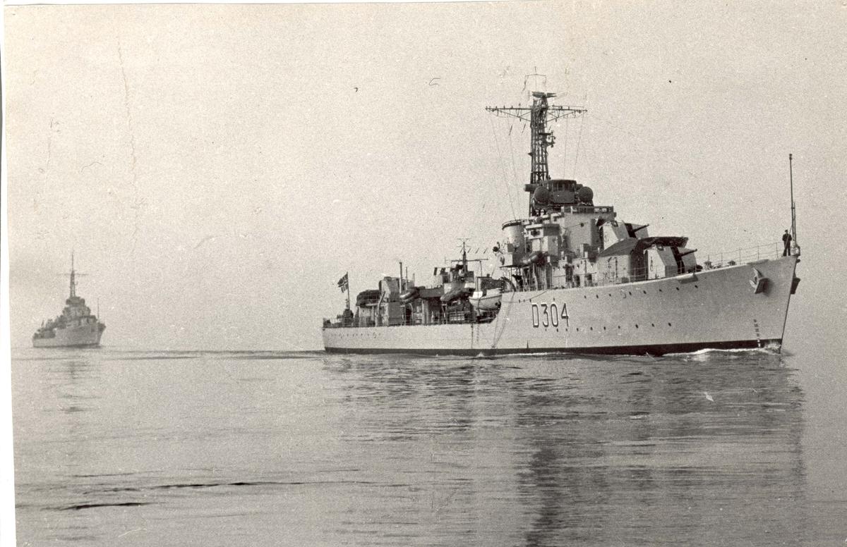 "Motiv: Jageren KNM ""Bergen"" (D304) 3/4 styrbord bredside"