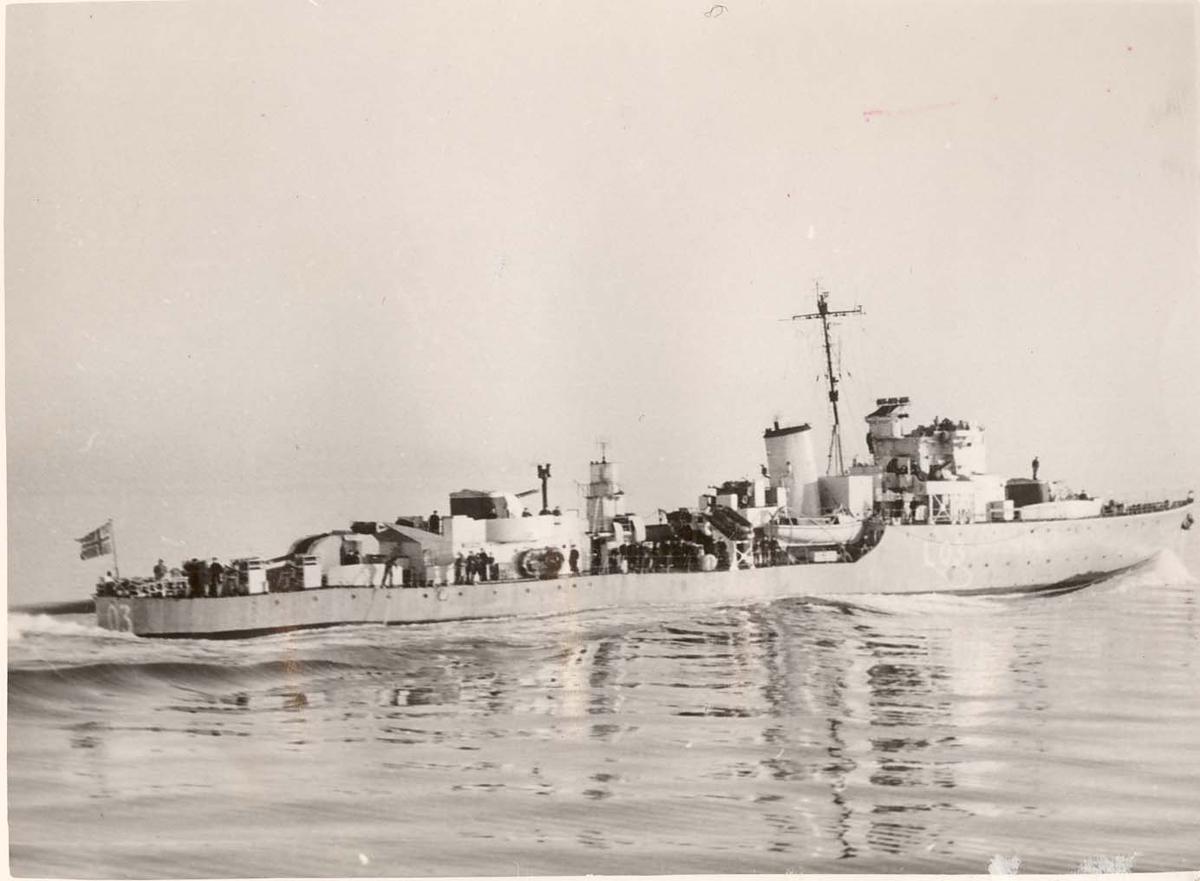 "Motiv: Jageren KNM ""Arendal"" (L03) 4/5 Styrbord bredside"