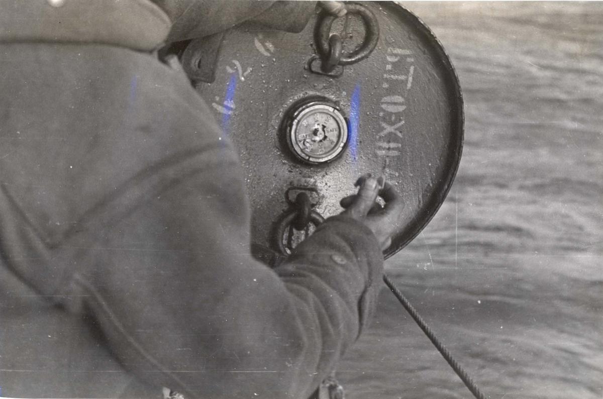 Enkeltbilde. Jageren Stord i konvoy til Murmansk. Dypvannsminene gjøres klare under en fire dagers lang kamp mot de tyske ubåtene nord for den Norske kyst.