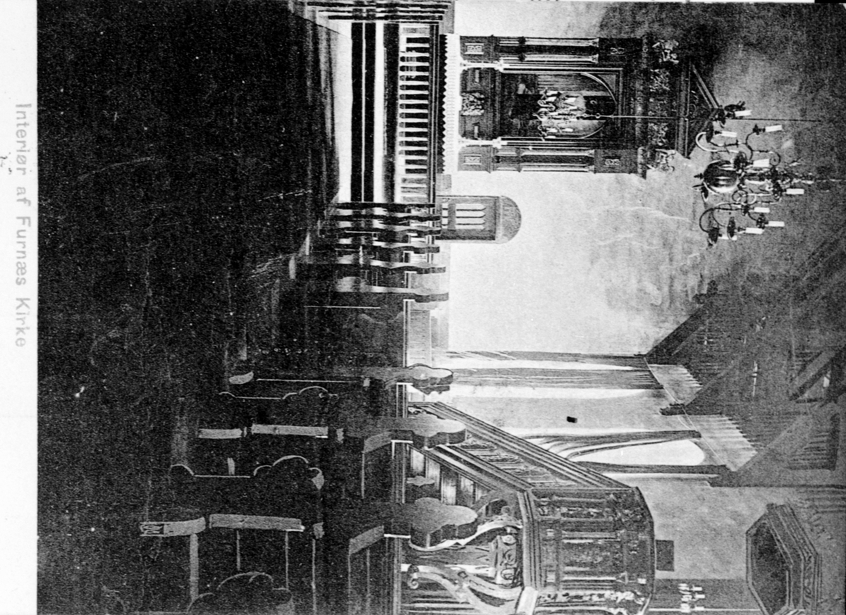 Interiør fra Furnes kirke, Ringsaker. Altertavle, prekestol.