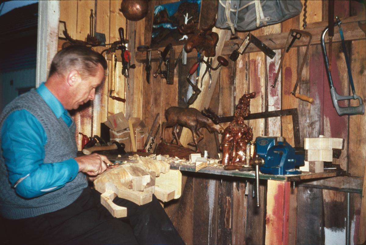 Vidar Sandbeck arbeider med treskulptur i sitt verksted