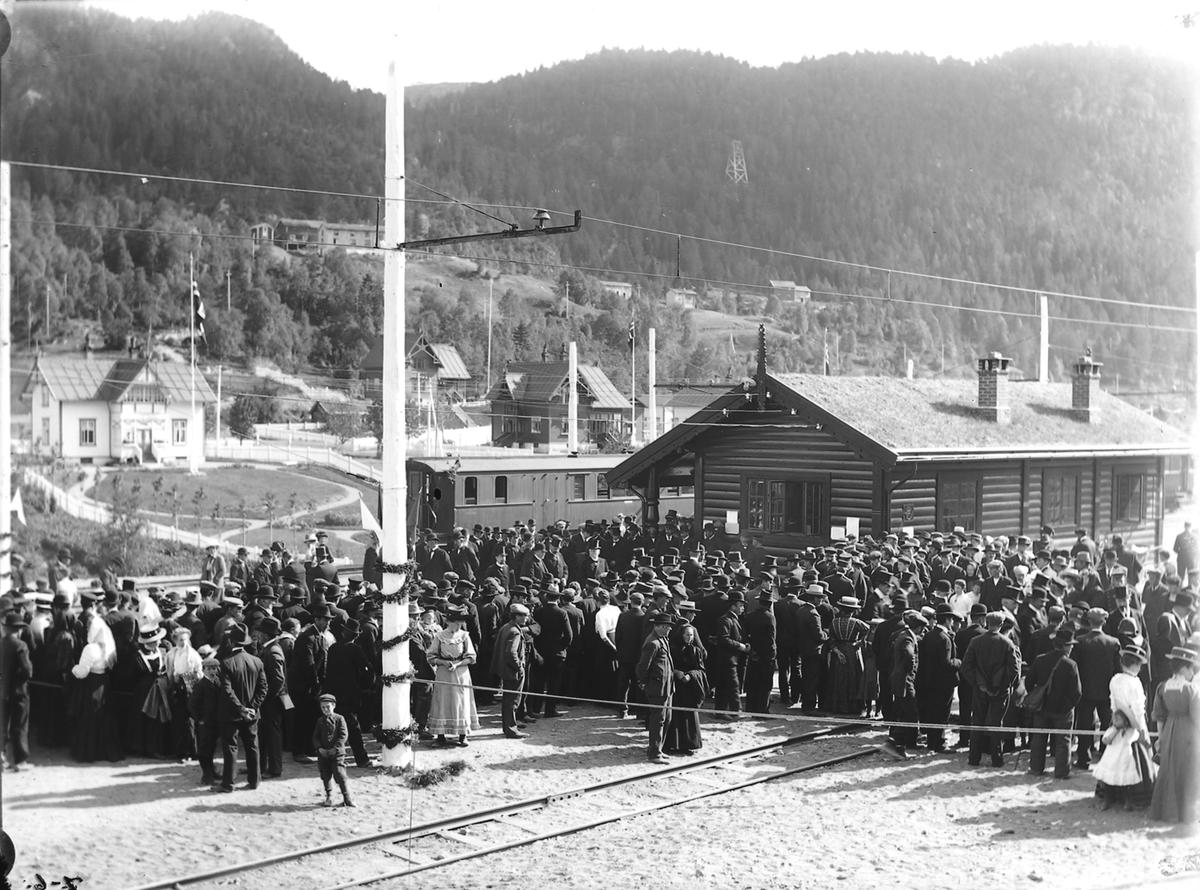 Åpningen av Løkkenbanen. Folk samlet på perrongen.