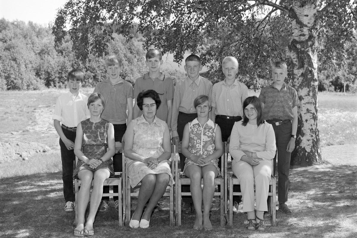 Dæhli skole, Nes, Hedmark. Elever og lærer, 1970.