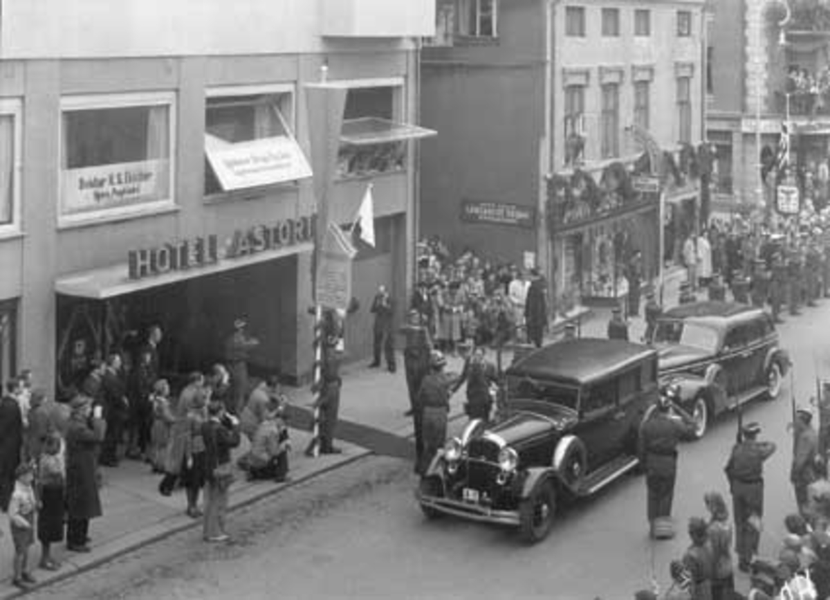 HAMAR KOMMUNE, BYJUBILEUM, 1949, KONGEFAMILIEN ANKOMMER HOTELL ASTORIA 13. MAI 1949, TORGGATA. STIFTSTAD OG BYGDEBY S. 112.