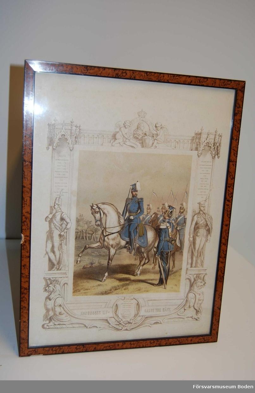 Inramad litografi avsedd att hängas på vägg. I förgrunden två män i uniformer, varav en på häst är namngiven genom senare påskrift, och i marginalerna listor över chefer med årtal.