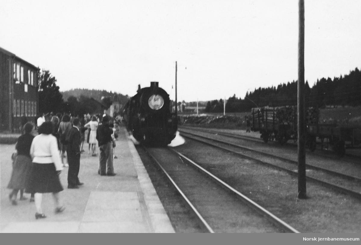 Fangetog ankommer Åsen stasjon